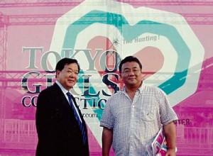 東京ガールズコレクション 私(左)と吉田学部長(右)